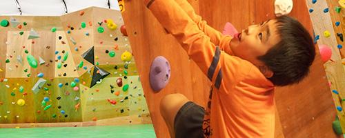 ボルダリングは子供の身体、頭脳、心の発育に役立ちます